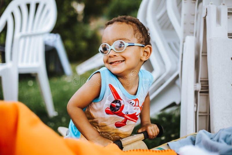 Sorriso bonito do menino da raça misturada fotos de stock