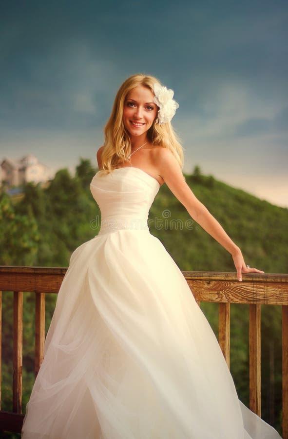 Sorriso bonito feliz da noiva fotos de stock royalty free