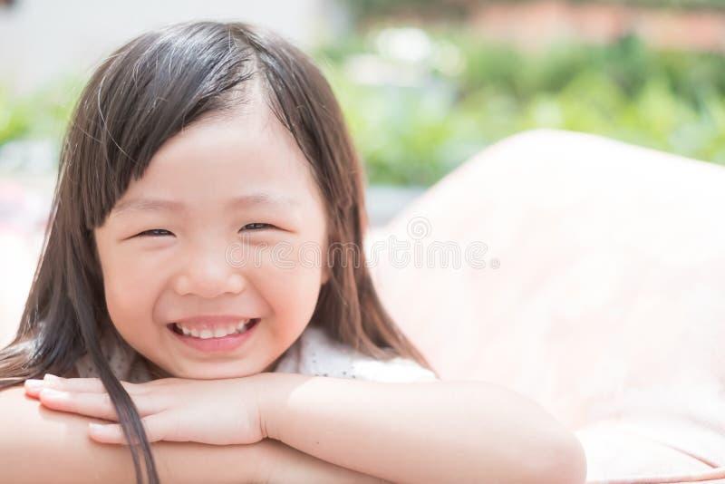 Sorriso bonito felizmente imagem de stock royalty free