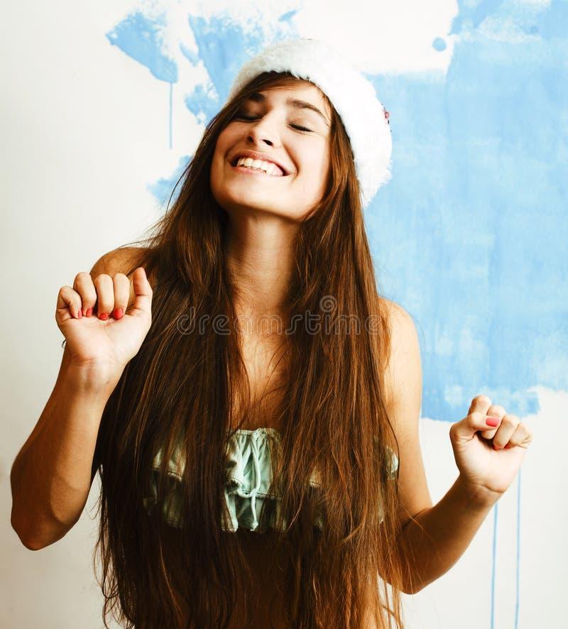 Sorriso bonito novo da mulher feliz no chapéu vermelho de Santa no ano novo, l imagem de stock royalty free