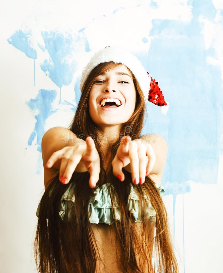 Sorriso bonito novo da mulher feliz no chapéu vermelho de Santa no ano novo, l imagens de stock
