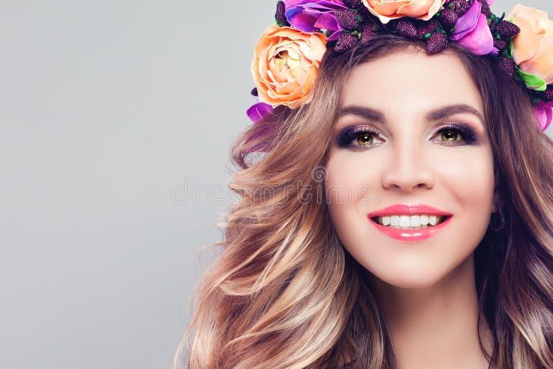 Sorriso bonito novo da mulher Modelo bonito imagem de stock