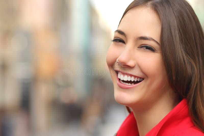 Sorriso branco da mulher com dentes perfeitos na rua fotografia de stock royalty free