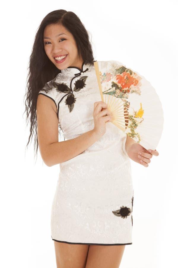 Sorriso branco do ventilador do vestido da mulher asiática fotos de stock