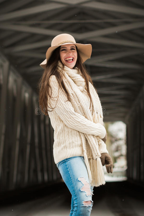 Sorriso cândido caucasiano do sênior de High School na roupa do inverno da malha e no chapéu flexível fotografia de stock
