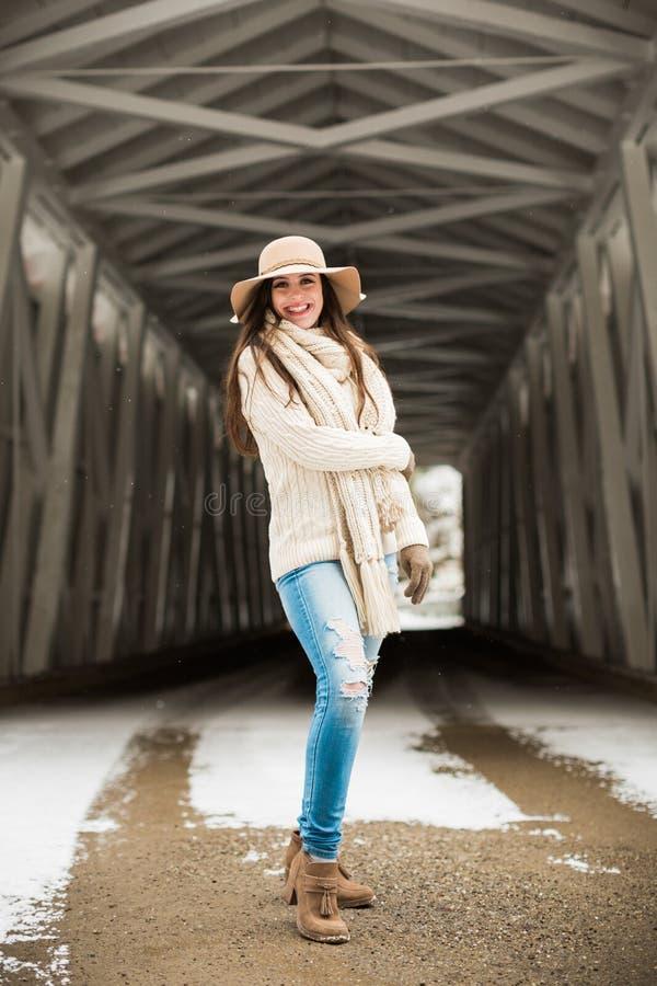 Sorriso cândido caucasiano do sênior de High School na roupa do inverno da malha e no chapéu flexível foto de stock