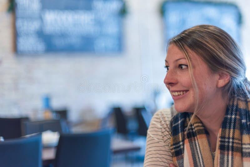 Sorriso cândido da jovem mulher do retrato foto de stock royalty free
