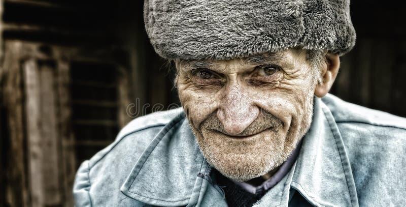Sorriso cândido de um homem sênior sábio adorável fotografia de stock