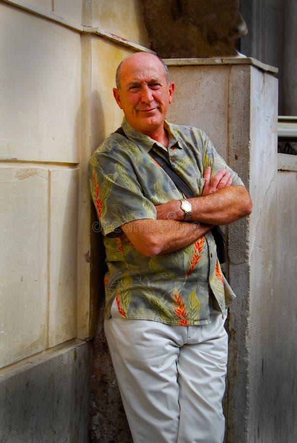 Sorriso casuale dell'uomo senior del ritratto alla macchina fotografica immagine stock libera da diritti