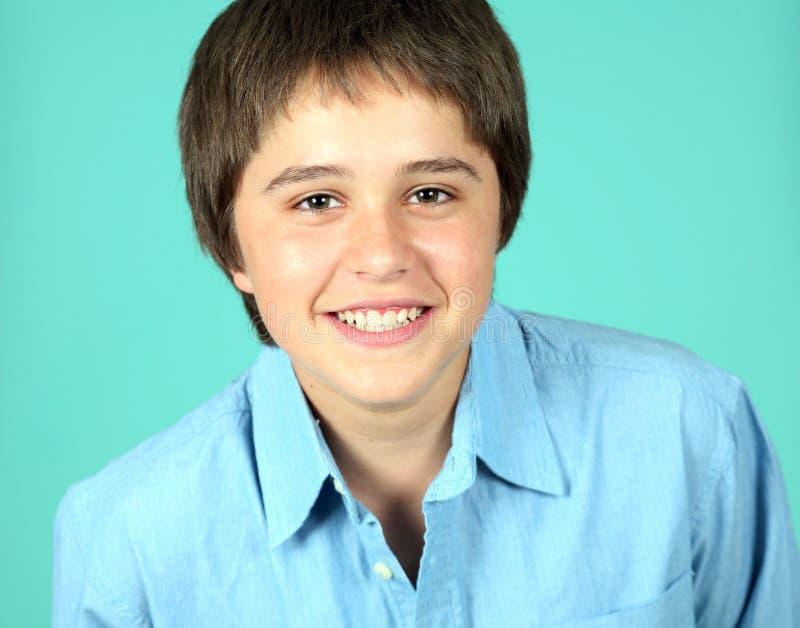 Sorriso caucasiano adolescente novo do menino imagens de stock royalty free