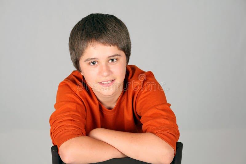 Sorriso caucasiano adolescente novo do menino imagens de stock