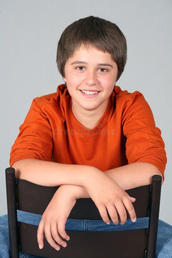 Sorriso caucasiano adolescente novo do menino fotografia de stock royalty free