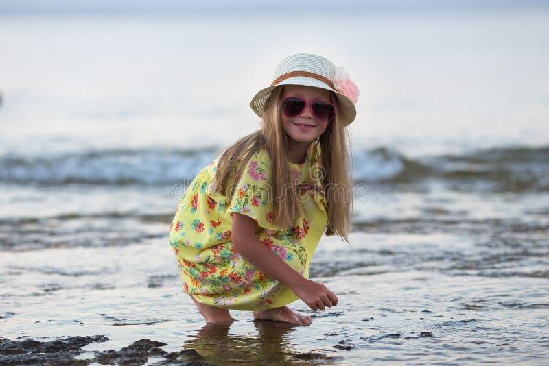 Sorriso caucasiano da menina feliz no dia ensolarado do verão ou de mola fora no parque pelo lago Menina bonita imagem de stock royalty free