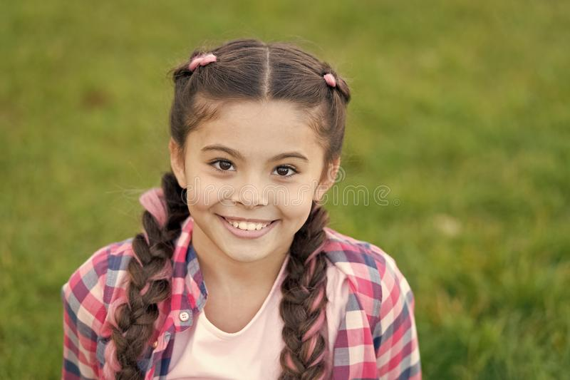 Sorriso Charming Piccolo bambino della ragazza con l'acconciatura alla moda delle trecce Tendenza di modo Cura di capelli e del s fotografie stock