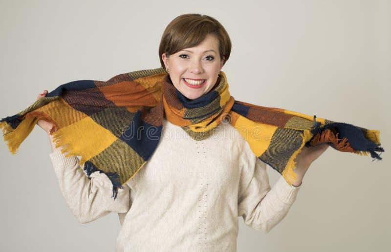 Sorriso colorido camiseta nova da mulher do cabelo 30s e do lenço vermelhos bonitos e à moda do outono feliz fotografia de stock