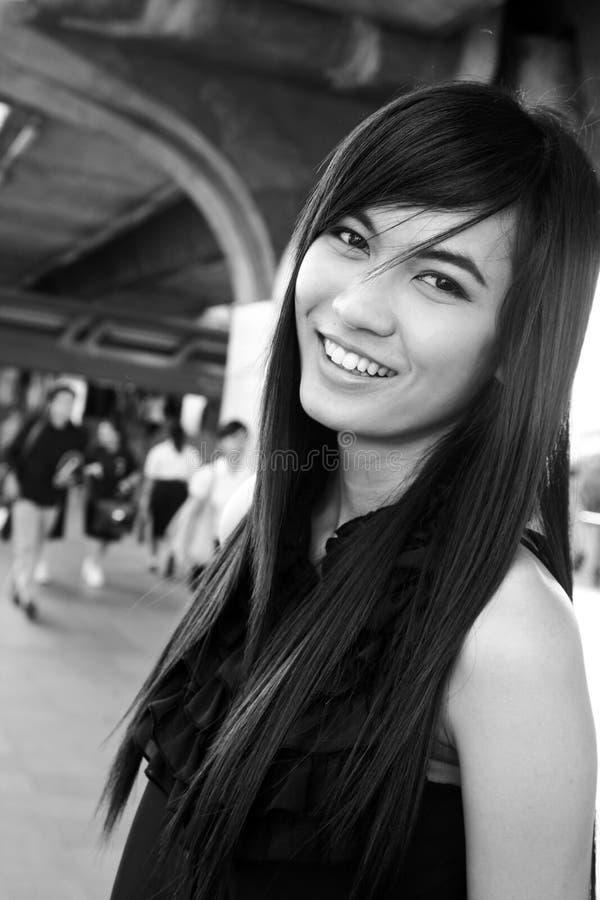 Sorriso consideravelmente asiático da mulher dos jovens imagem de stock