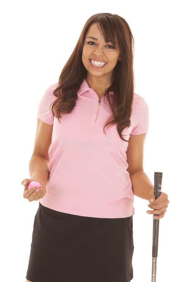 Sorriso da bola da posse da camisa do rosa do golfe da mulher foto de stock royalty free