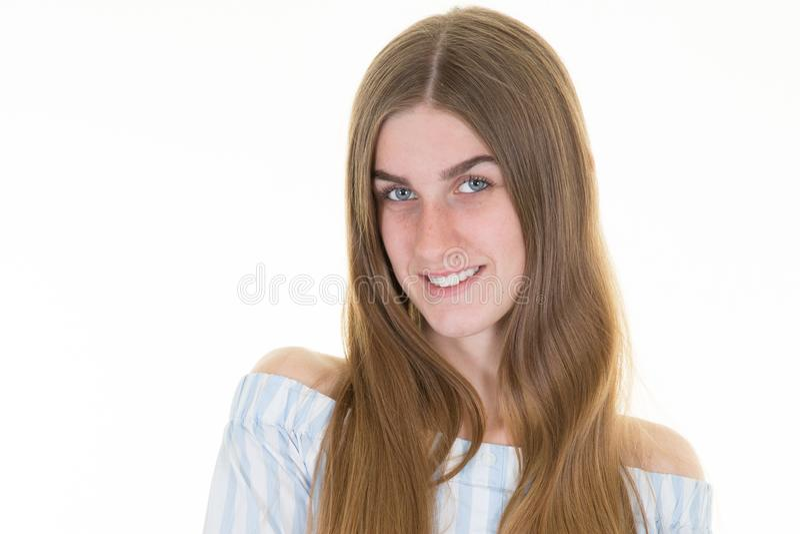 Sorriso da exibição da mulher na roupa ocasional isolada no fundo branco fotos de stock royalty free