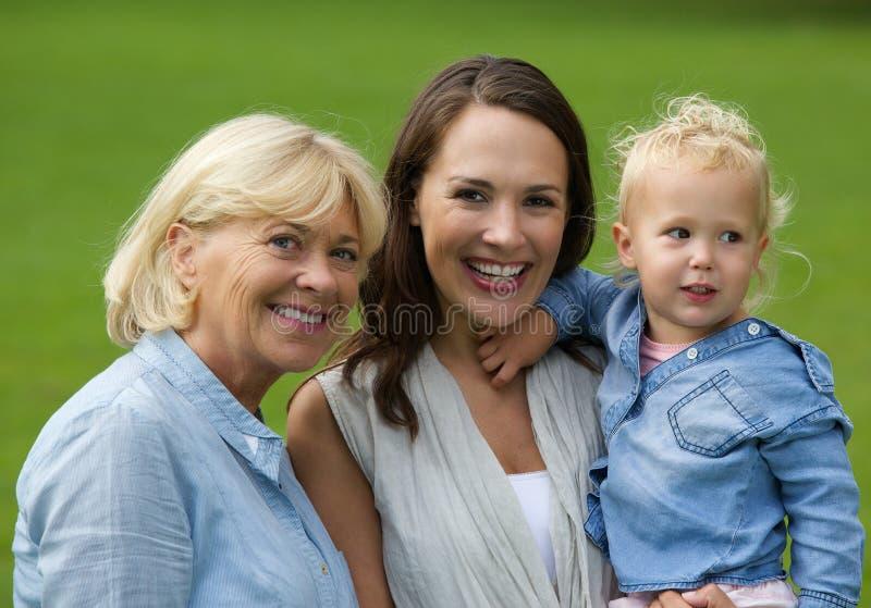Sorriso da filha da avó e do bebê da mãe foto de stock