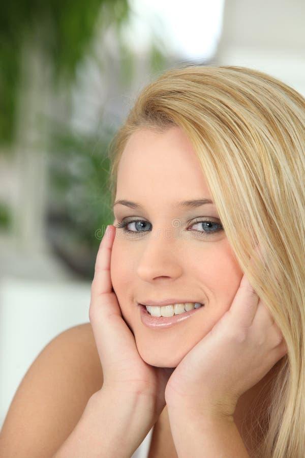 Sorriso da jovem mulher fotografia de stock
