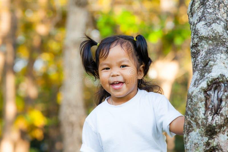 Sorriso da menina e vista da câmera foto de stock