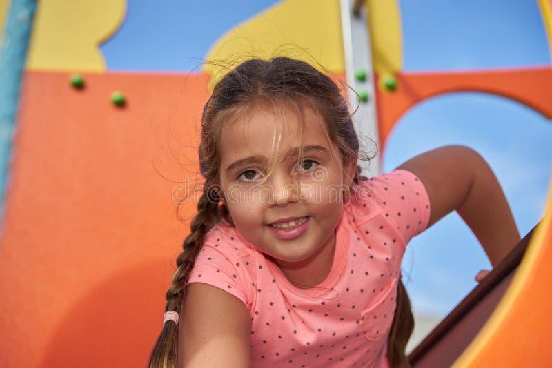 Sorriso da moça, olhando para fora do equipamento do jogo fotografia de stock royalty free