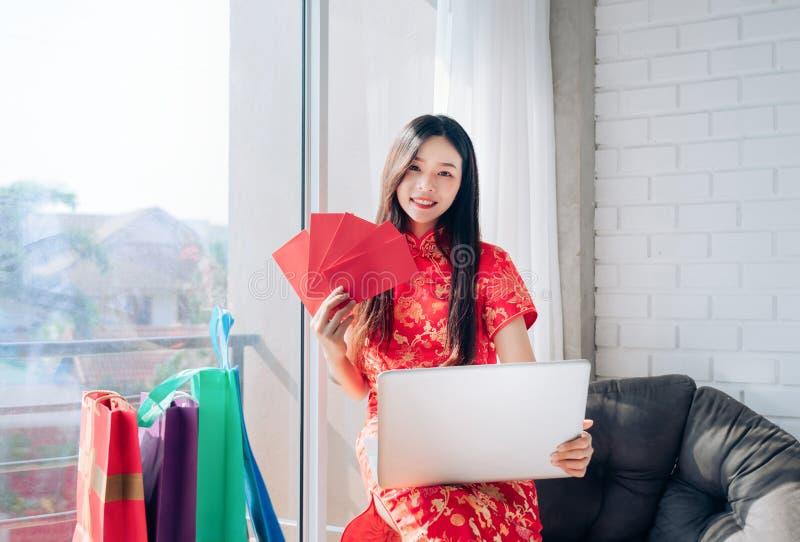 Sorriso da mulher asiática da beleza do retrato com vestido chinês fotos de stock