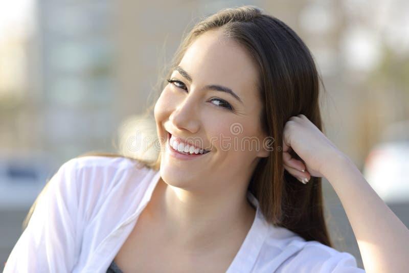 Sorriso da mulher da beleza com os dentes saudáveis que olham o foto de stock