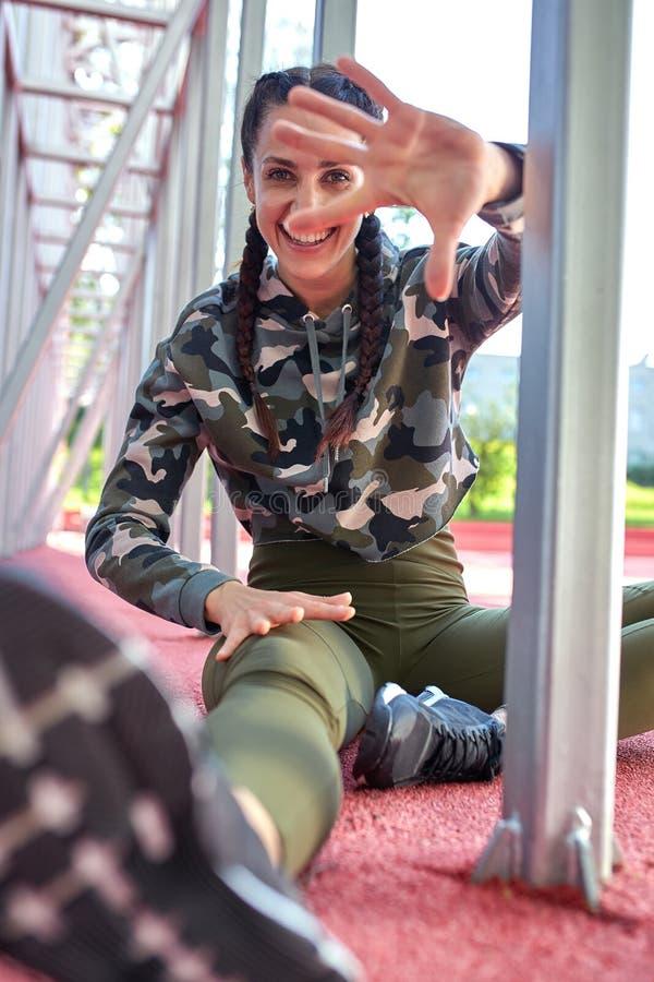 Sorriso da mulher bonita que levanta com fundo da constru??o da cidade Conceito do bem-estar A calma e relaxa, felicidade da mulh foto de stock royalty free