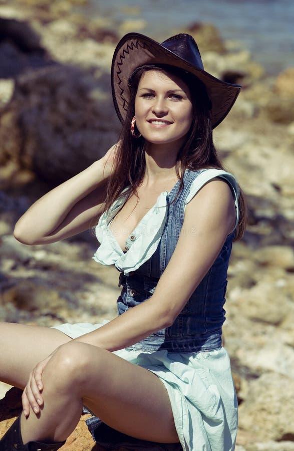 Sorriso da mulher da vaqueira feliz Menina no chapéu fotografia de stock