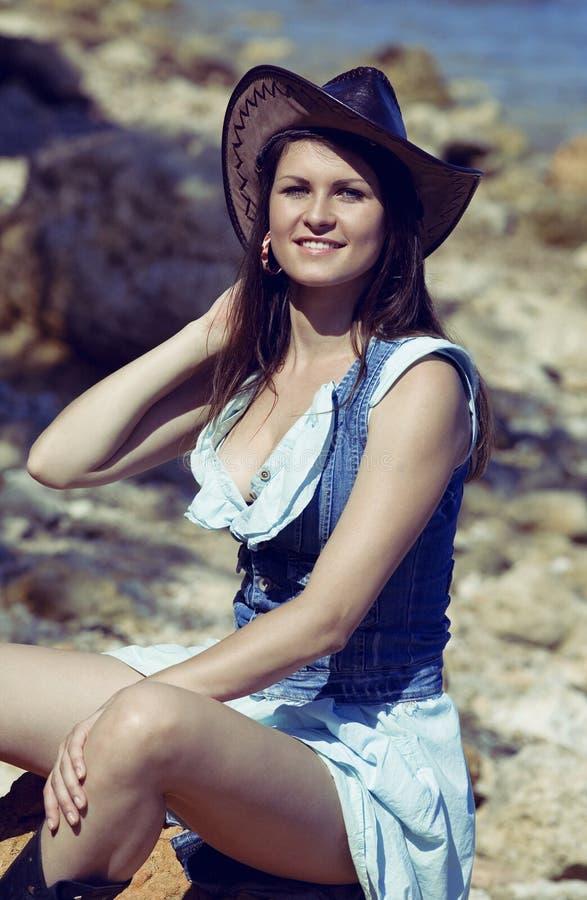 Sorriso da mulher da vaqueira feliz no chapéu fotos de stock royalty free