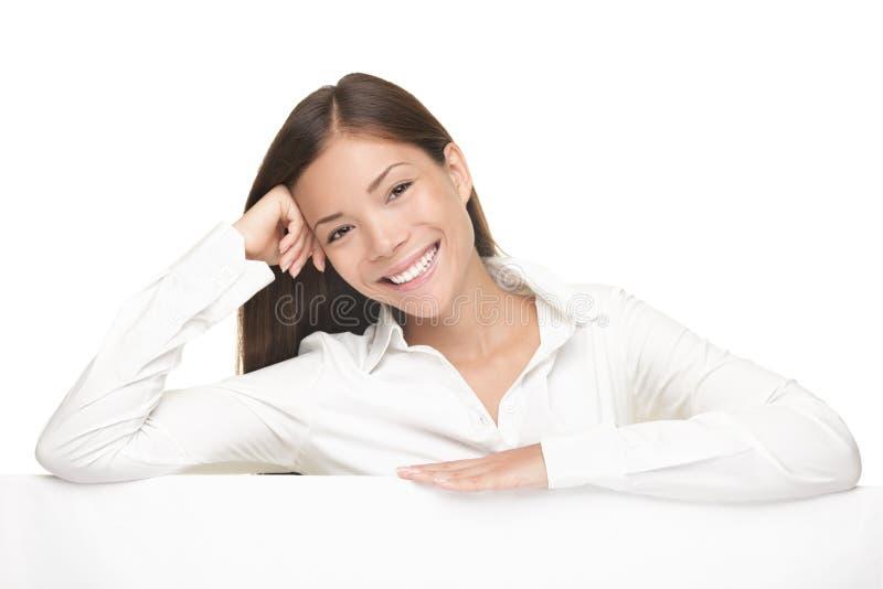 Sorriso da mulher do sinal do quadro de avisos amigável imagens de stock
