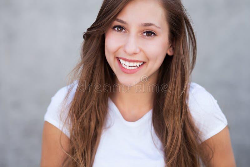 Sorriso da mulher nova foto de stock