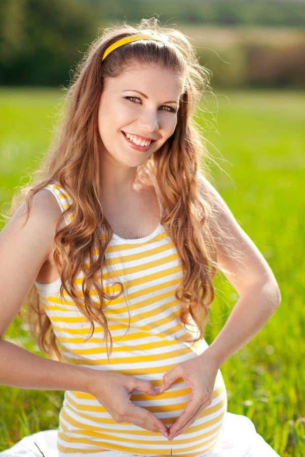 Sorriso das mulheres gravidas imagens de stock