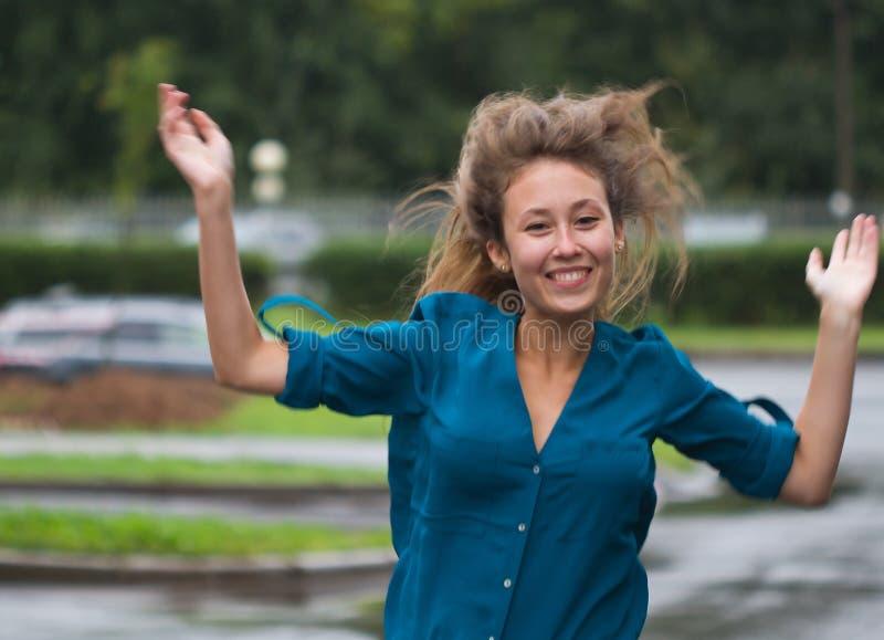 Sorriso de corrida da menina bem sucedido foto de stock