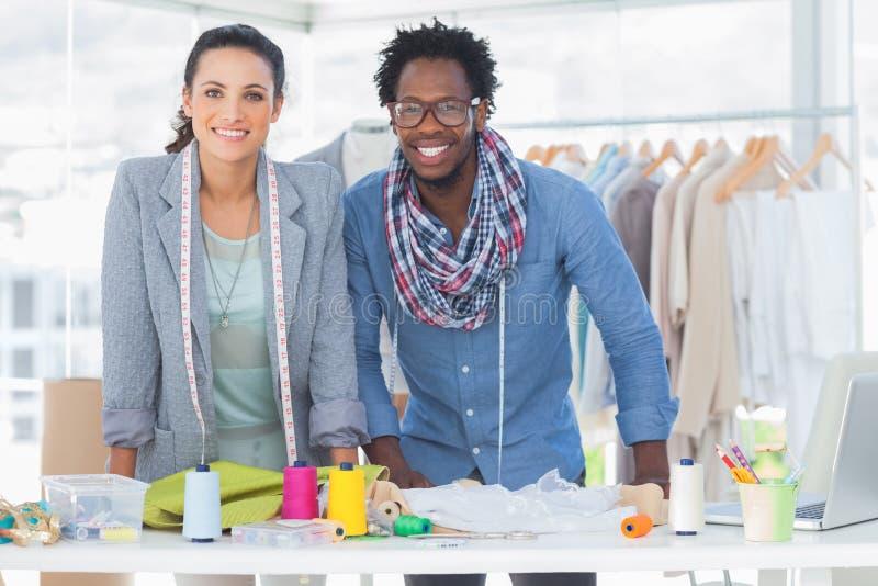 Sorriso de dois desenhadores de moda fotos de stock