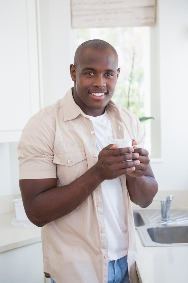 Sorriso de um chá bebendo do homem fotografia de stock