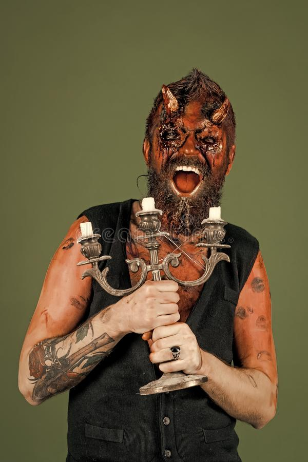 Sorriso del diavolo di Halloween con i corni sanguinosi fotografie stock