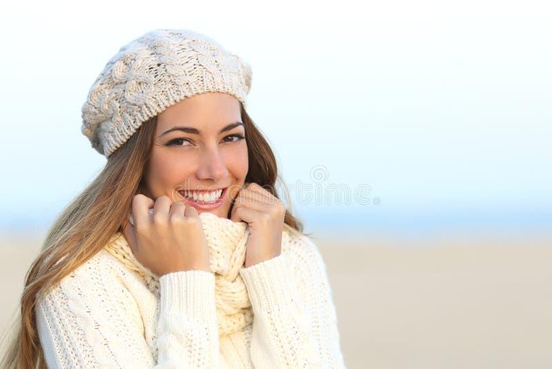 Sorriso della donna con denti bianchi perfetti nell'inverno fotografia stock libera da diritti