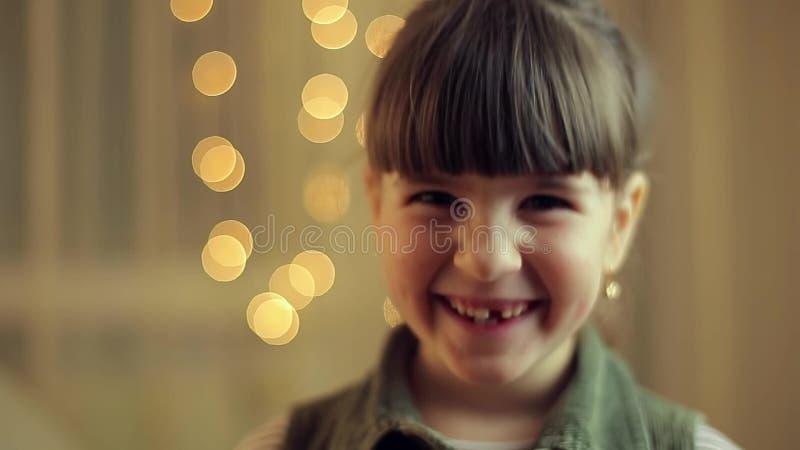 Sorriso della ragazza nella macchina fotografica