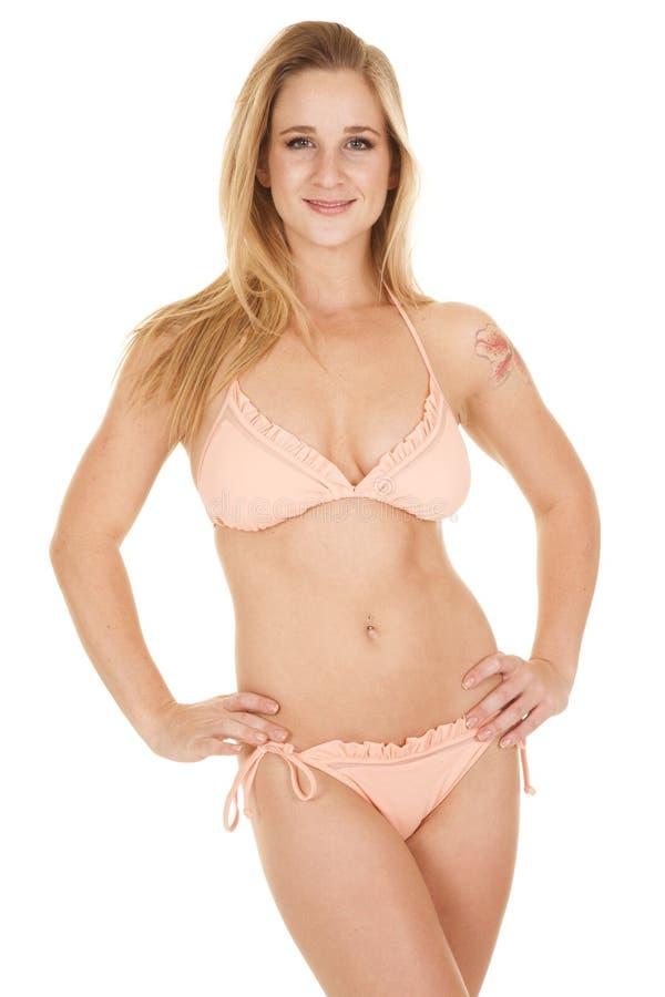 Sorriso delle anche delle mani delle increspature del bikini della donna immagine stock