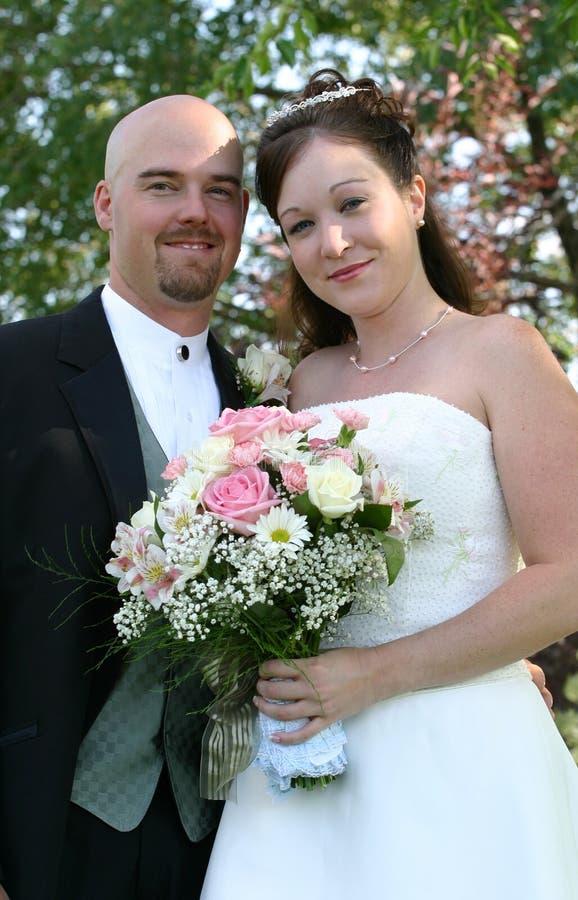 Sorriso delle coppie di cerimonia nuziale immagini stock libere da diritti