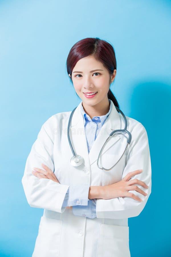 Sorriso di medico della donna a voi fotografia stock libera da diritti
