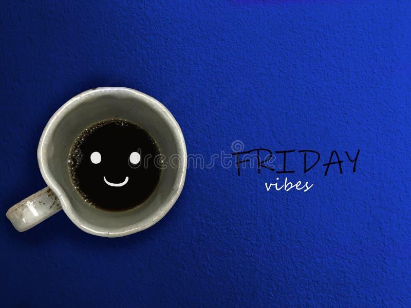 Sorriso do copo de café das vibrações de sexta-feira no fundo azul foto de stock