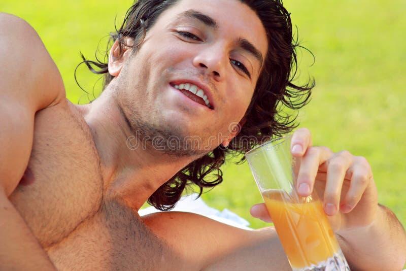 Sorriso do homem novo ao ar livre foto de stock royalty free