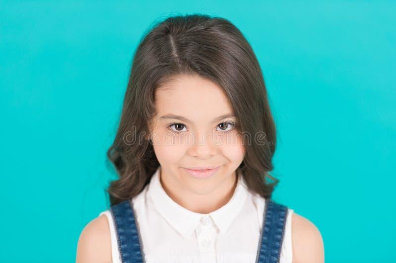 Sorriso do modelo da criança com cabelo moreno saudável longo imagens de stock royalty free