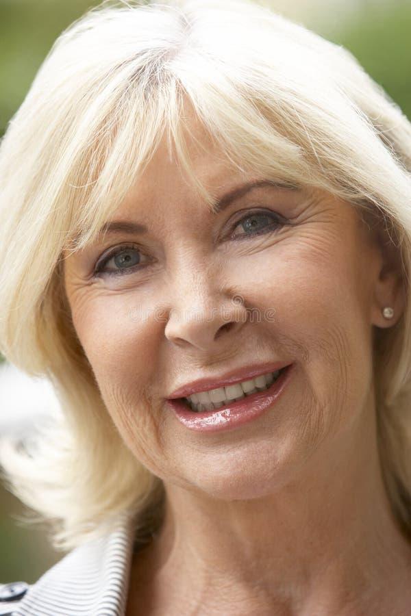 Sorriso do retrato da mulher de Ssenior fotos de stock royalty free