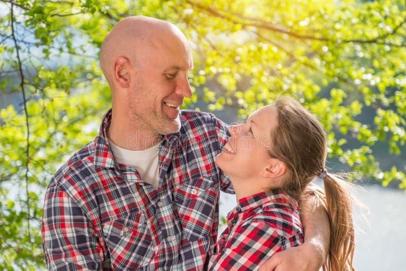 Sorriso dos amantes em se fotos de stock