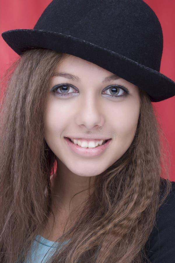 Sorriso e cappello del wth della donna bello fotografia stock