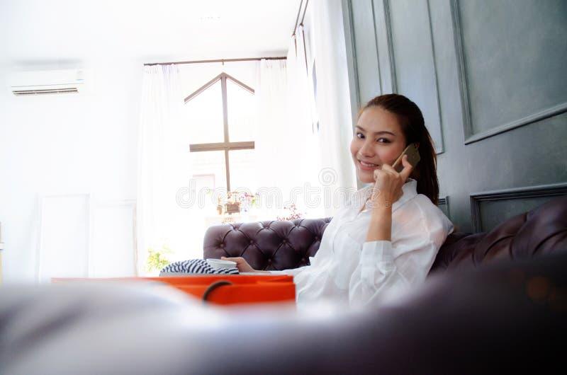 Sorriso e conversa da mulher no telefone imagem de stock